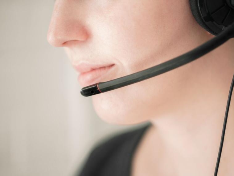 Nhân viên chăm sóc khách hàng làm gì khi khách hàng gặp sự cố?